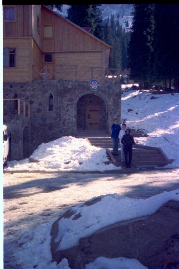 1999-12 Walk near Chimbulak - Irina, Dana, Zauresh